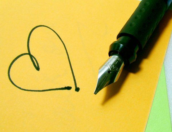 Daily musthaves - keuzes maken. Foto van een pen en geel papier met getekend hart.