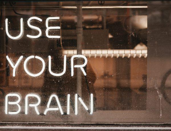 Braindump maken. Foto van tekst Use Your Brain in neonlicht