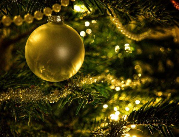 Kerstdagen zonder stress - gouden kerstbal in boom