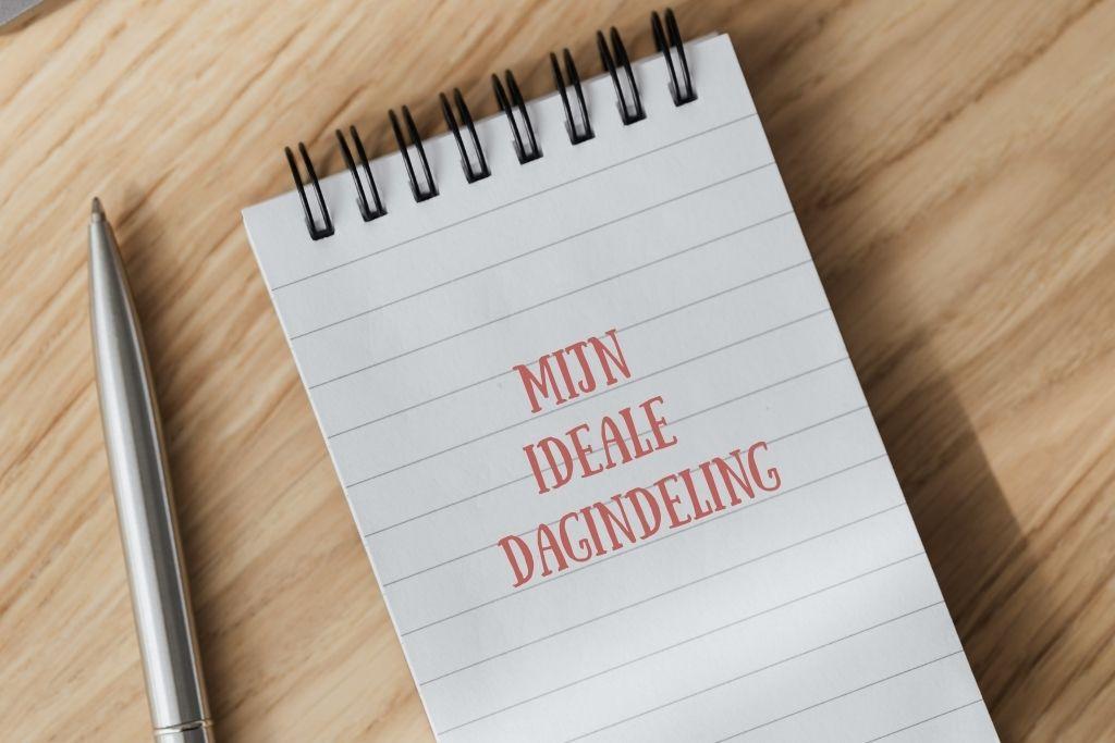Je ideale dagindeling op papier zetten- notitieblok met pen